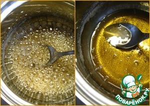 Из сахара и воды сварите сироп, прокипятите его на медленном огне, пока он не начнет слегка густеть. У меня это заняло минут 10-12.