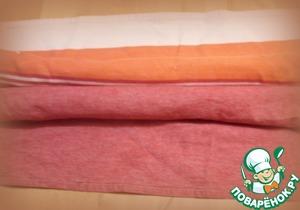 Оставить все рулетики (их получилось 8) остывать, плотно завернув в полотенце (я использовала два полотенца, по 4 рулета в каждом).