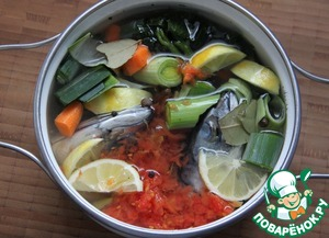 Bonus. A fish broth.  Put down the head, fins, tail in a small pan, add the celery (mine is from frozen) - 2 PCs., onions or leeks - 1 PC., cake from tomato, 1 sliced carrot, 0,5 sliced lemon, 1 Bay leaf, pepper - 5-6 pieces, 130 ml dry white wine 1.3 litres of water and a few sprigs of parsley if you have it.  Give writing a rolling boil on low heat under lid ajar 25 min.