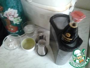 """Для начала необходимо сделать тесто. Я делала тесто в хлебопечке в режиме """"дрожжевое тесто"""" из перечисленных ингредиентов /дрожжи, вода, отруби, соль, растительное масло, соевый соус KIKKOMAN/.       Отруби обязательно, они помогают выявить в готовых пиццах вкус соевого соуса KIKKOMAN и для здоровья полезно. Если их нет, перемолите в кофемолне необходимое количество пшеничной крупы. Если вы решите делать тесто без техники, то перемешайте половину муки с водой и дрожжами. Далее добавьте соль, масло, соевый соус и снова перемешать. После добавить отруби и остальную муку, вымешать и на час в теплое место."""