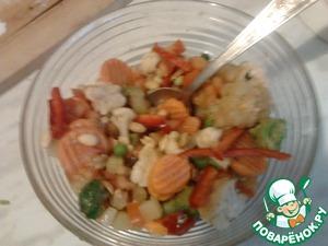 Приготовление маринада. В большой емкости растворить, помешивая, сахар в яблочном уксусе, затем добавить туда крахмал, соевый соус KIKKOMAN и красный жгучий перец. Все размешать и замариновать в этой смеси овощи и арахис.
