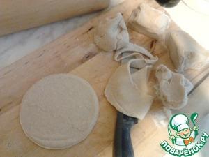 Из подошедшего теста сформировать небольшие лепешки и положить на бумагу в противень.