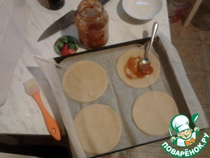 Lubricating bases for mini-pizzas rastitelnym oil and homemade ketchup and send in a very hot oven for 5 minutes.