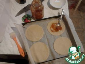 Смазать основы для мини-пицц раститетельным маслом и домашним кетчупом и отправить в очень горячую духовку на 5 минут.