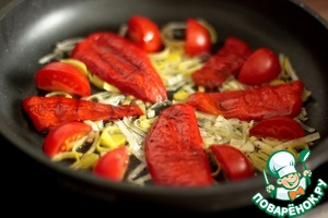 We need high-temperature frying pan, which we can send in the oven. Olive oil and slightly fry the leeks, add slices of tomatoes and pepper.