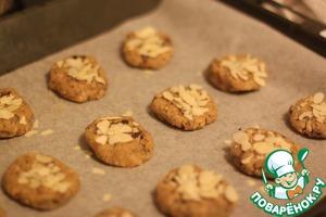 Придайте печеньям круглую форму и разложите на приличном расстоянии друг от друга, т. к. при выпекании печенья очень увеличиваются в размерах.