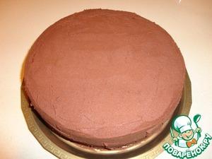 """Снимаем боковую часть формы. Покрываем торт ганашем. Можно покрыть торт ганашем, когда он """"потяжелеет"""", а можно застывшем ганашем, предварительно взбив его миксером."""