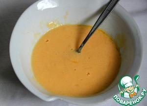Взбить вилкой яйца с растопленным остывшим сливочным маслом, солью, сметаной.