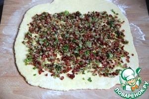 Раскатать тесто (толщиной 1 см) на припорошенной мукой доске. Распределить сверху начинку из шкварок, лука, петрушки...