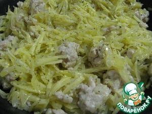 5. Вмешать в фарш картофель, приправить солью, перцем и майораном и потомить еще 3 минуты.