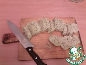 Когда тесто застынет, достать и нарезать кружочками одинаковой толщины.
