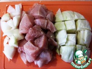 Одинаковое по объему количество мяса и капусты прокрутить на мясорубке вместе с головкой лука.
