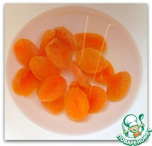 Steamed with boiling water handful of dried apricots. Then it is necessary to cut into chunks.