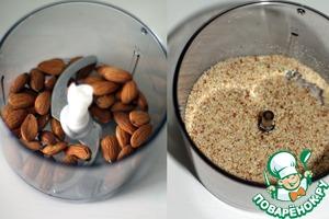 Миндаль отправьте в блендер или кофемолку и измельчите до состояния мелкой муки, но делайте это не долго, чтобы орехи не начали выделять масло.
