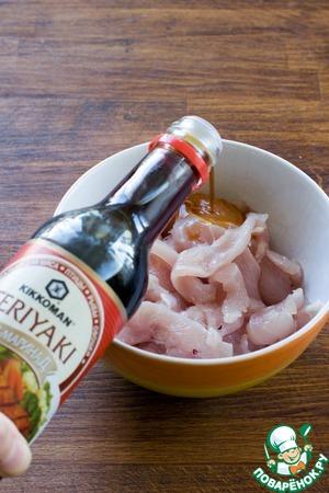 Нарежьте тонкими ломтиками куриное филе и замаринуйте на полчаса в соусе-маринаде Терияки. Если у вас сухие грибы шиитаке, замочите их в воде.