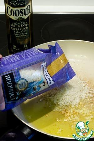 На сковороде разогрейте оливковое масло, добавьте порубленные зубочки чеснока и всыпьте рис для ризотто. Японика подойдет для этой цели прекрасно. Обжарьте рис несколько минут.