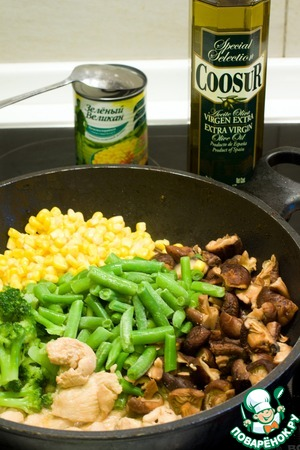 На другой сковороде обжарьте на оливковом масле куриное филе, добавьте брокколи, фасоль, грибы и кукурузу, влейте оставшийся маринад от курицы и доведите до готовности на среднем огне.