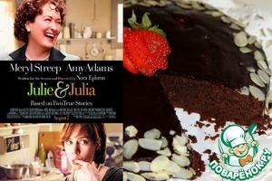 Возьмите одну биографическую историю Джулии Чайлд, которая в 1950-е годы научила американских домохозяек секретам высокой французской кухни, создав ряд культовых кулинарных книг и популярное гастрономическое телешоу. Добавьте одну реальную историю Джули Пауэлл, которая в 2000-е годы заинтересовалась искусством кулинарии и училась по книгам Джулии Чайлд, описывая свои опыты в блоге и тестируя получившиеся блюда на весьма довольном муже. Смешайте со свежим юмором, специями семейной жизни и воздушной любовью, и у Вас получится самый вкусный фильм. Это полезное и поднимающее настроение кино-блюдо рассчитано на всю семью, а с чашечкой горячего чая и кусочком такого торта любой день сразу станет праздничным!