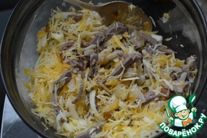 4. Сыры натираем на средней тёрке. В оригинальном рецепте использовали поровну сыра Чеддер и Эмменталь. Их можно заменить любым полутвёрдым сортом. Главное - яркий цвет и аромат.   После смешиваем лук, сыры и мясо.