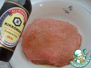 Для начала займемся мясом. Свинину (я брала карбонат) нарезать, как на отбивные (толщиной примерно 1 см), хорошенько отбить и замариновать в соевом соусе Kikkoman на 2 часа (или в холодильнике на ночь), подсолив мясо по вкусу.