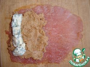 Формируем рулетики. На кусок мяса выкладываем (точнее, намазываем) инжирно-ореховую начинку и кладем голубой сыр, после чего сворачиваем рулет.