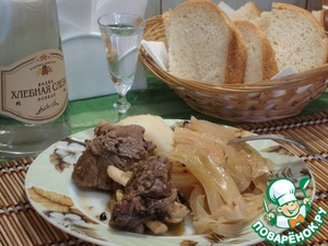 The finished dish spread on a plate, and you can optionally serve with boiled potatoes, watering sauce with his meat.  I boiled the peeled potatoes.    Bon appetit!