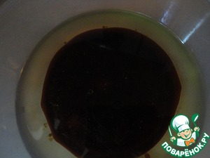 In vegetable oil, add soy sauce Kikkoman. Generally when you buy soy sauce is never needed to save. Cheap substitutes contain a lot of chemicals, but the natural soy sauce - extremely useful product. The use of soy sauce is the high content of amino acids. On the effectiveness of antioxidants, soy sauce superior to almost 150 times all citrus fruits are enriched with vitamin C. Use of natural soy sauce improves blood circulation by 50%, slows the development of heart disease and a preventive effect on the entire body. Kikkoman soy sauce is prepared in the traditional method of natural fermentation and has all the above useful properties.