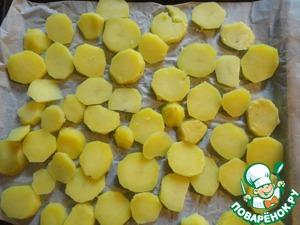 """Итак, когда настанет час """"Ч"""", раскладываем картофель на застланный пергаментом противень. Если у нас большая компашка и картофеля больше, то берем два противня. В принципе на указанное количество соевой заливки я готовила и 700 г картофеля, и он тоже помещался на один противень, только плотнее. Т. е. на два противня около 1,5 кг картофеля с двойной """"дозой"""" заливки вполне реально приготовить. Один противень запекаем сразу, а второй ставим в духовку тогда, когда первое блюдо с картофелем уже на столе. Пока уплетается первое блюдо - второе на подходе."""