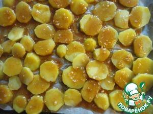Поливаем картофель эмульсией из соевого соуса, растительного масла, чеснока и перца. И отправляем в духовку при 180-200 градусах на 15-20 минут.