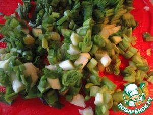 Пока картофель печется, режем мелко зеленый лук.