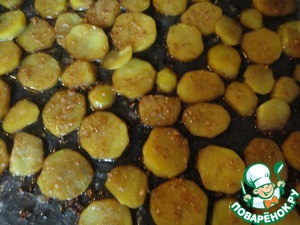 Take out the finished potatoes from the oven.