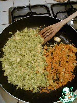 Измельчить в блендере морковь, кабачок и протушить их на растительном масле вместе с зубчиком чеснока до мягкости.