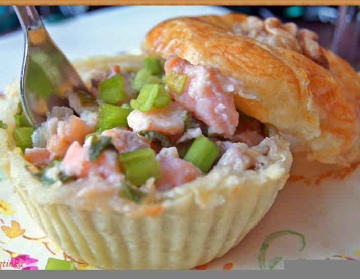 Рецепт: Слоеные корзинки с семгой, сыром и орехами