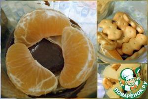 Сверху выкладываем дольки мандарин. Дальше печенье и сверху кусочки ананасов. Очередность слоев может изменяться, мне захотелось именно такое сочетание.