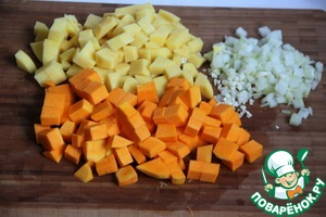 Finely chop the onion and garlic. Peel and cut into cubes (1x1 cm) pumpkin and potatoes.