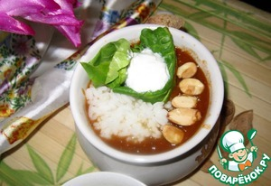 When serving, add the rice, sprinkle with almonds and chopped spinach. Fill with yogurt. Serve with bread or tortilla.