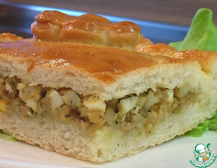 Рецепт: Пирог печеный из дрожжевого теста с начинкой из рыбы