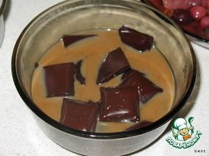 Для шоколадного крема растопить шоколад в микроволновке вместе с ликером.