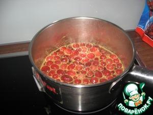 Сначала смешаем ягоды с соком одного апельсина и сахаром и оставим кипеть на хорошем огне около 4 минут.   Поставим остужаться.