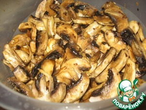 Cut champignons large slices and mix gently with the juice of half an orange, maple syrup, soy sauce, oil (I used olive), salt, pepper to taste. Leave to marinate for 10 minutes, then mix the mushrooms, cranberry in syrup together.