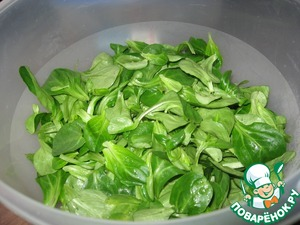 Промываем и высушиваем салат.