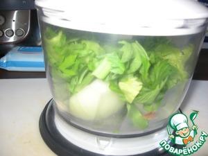 Размолоть в миксере чеснок, лук и зелень сельдерея.