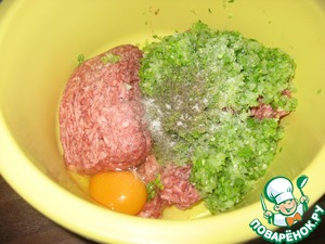 Add to the minced greens with onion and garlic, egg, salt and pepper.