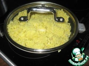 Кладем в бульон крупу, предварительно промыв. Закрыв крышкой, оставляем кипеть на среднем огне 15 минут, затем, выключив огонь и не открывая крышку, оставить еще на 15-20 минут.      Травку вымыть, высушить и мелко порезать (у меня уже были сушеные травы). Яйцо, хлебную крошку, травку добавить к пшеничной каше, посолить, поперчить и хорошо перемешать.       Сформировать котлетки и обжарить на оставшихся 4 ложках оливкового масла.