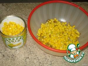Укладываем всё слоями, чтобы получались разными цветами.   На кабачок кладём кукурузу,   затем - огурчики,   под конец - яйца с зеленью.