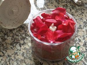 В блендере соединяем молотый анис и лепестки роз (маков). Хочу добавить - Анис можно добавлять 2 видов: Анис обыкновенный (семена) -Pimpinella anisum 2 столовые ложки, как в оригинальном рецепте. Или Звезчатый анис - Illicium verum. Количество последнего надо уменьшить, он имеет гораздо более активный аромат.