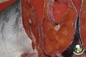 Рыбу посолить и поперчить по вкусу.