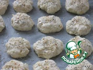 Выложить булочки на противень, соблюдая дистанцию, и выпекать примерно 20-25 минут или до тех пор, пока не станут золотисто-коричневыми.