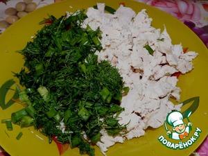 Куриное филе отвариваем и мелко нарезаем. Зелень измельчаем. Сыр натираем на крупной терке.