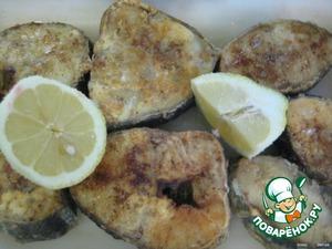 Обжариваем куски рыбы на сильном огне с добавлением оливкового масла до образования румяной корочки;      выкладываем в огнеупорное блюдо и сбрызгиваем лимонным соком.